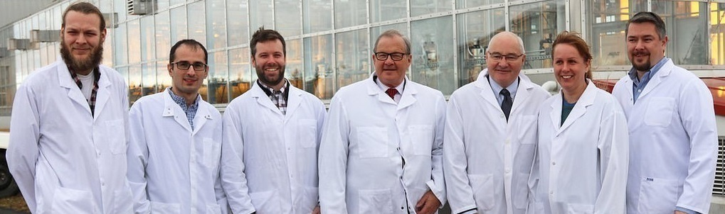 Minister of Agriculture and Agri-food, Lawrence MacAulay with a group of six scientists