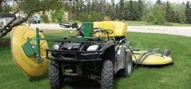 Un petit pulvérisateur d'herbicide spécialisé sur une pelouse.