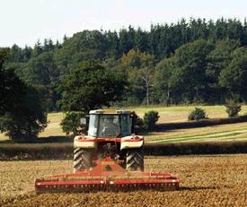 Un tracteur laboure un champ.