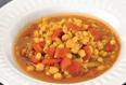 Un bol de soupe à l'orge et aux lentilles regorgeant de couleurs