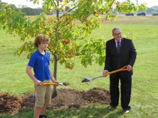 Min MacAulay and Thomas Davidson planting tree
