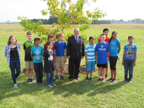 Minister MacAulay with Hawthorne Public School grade 8 students