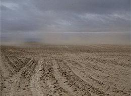 Nuages de terre érodée dans un champ cultivé.