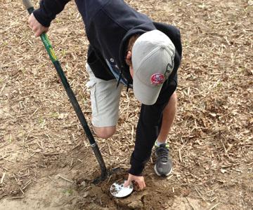 Homme prélevant une carotte de terre