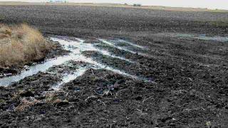 Le compactage du sol des sols argileux.